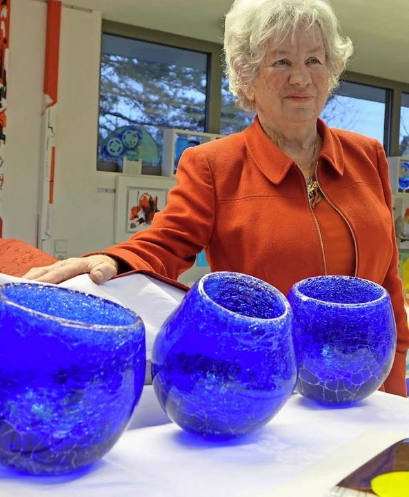 Neue Glasobjekte  und abstrakte Bilder...lerin Hedwig Emmert in ihrem Atelier.   | Foto: FREY