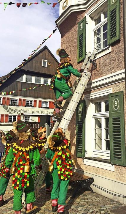 Via  Leiter wird das Rathaus gestürmt.    Foto: Inken Kramer