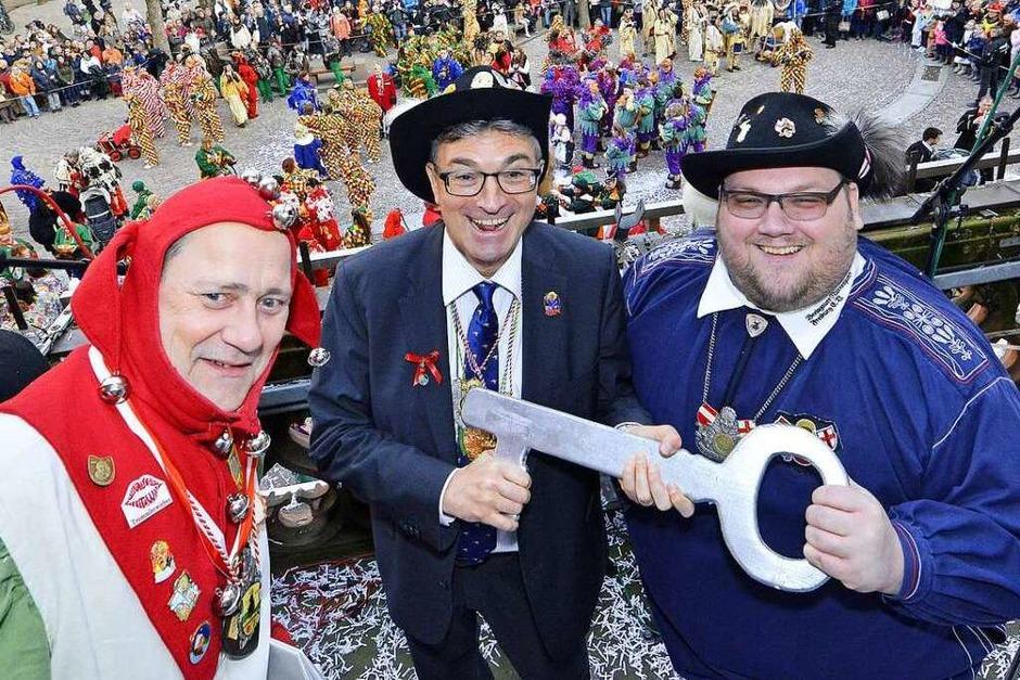 Oberbürgermeister Dieter Salomon übergibt den Schlüssel an Oberzunftmeister Matthias Moser und Münsternarr Markus J. Weber. (Foto: Michael Bamberger)