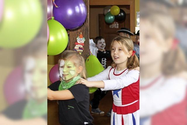 Narren besuchen Kinder in der Talschule