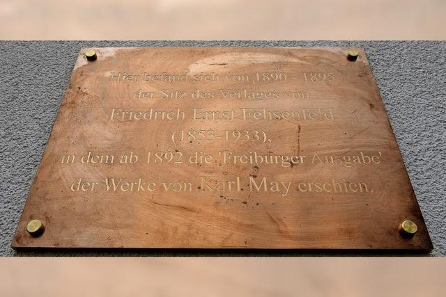 In der Wallstraße 10 erinnert jetzt eine Bronzetafel an den Karl-May-Verleger Friedrich Ernst Fehsenfeld
