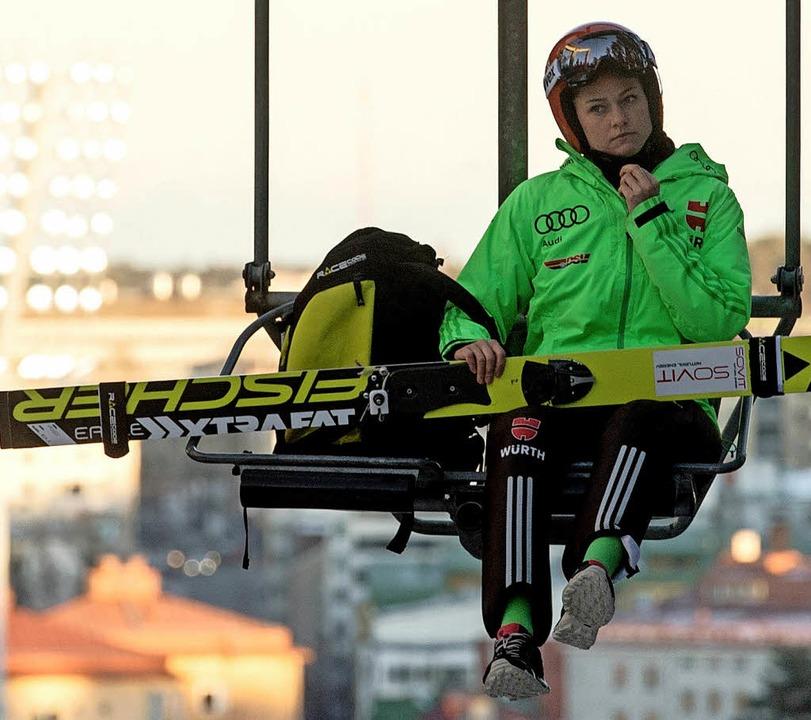 Carina Vogt im Lift Richtung Schanze  | Foto: dpa