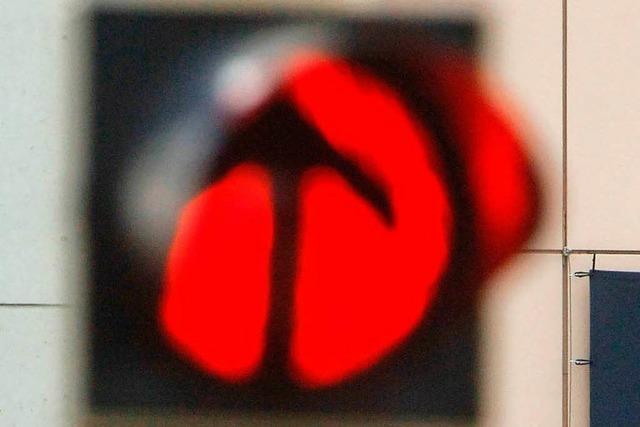 Audifahrer bei Rot über die Kreuzung