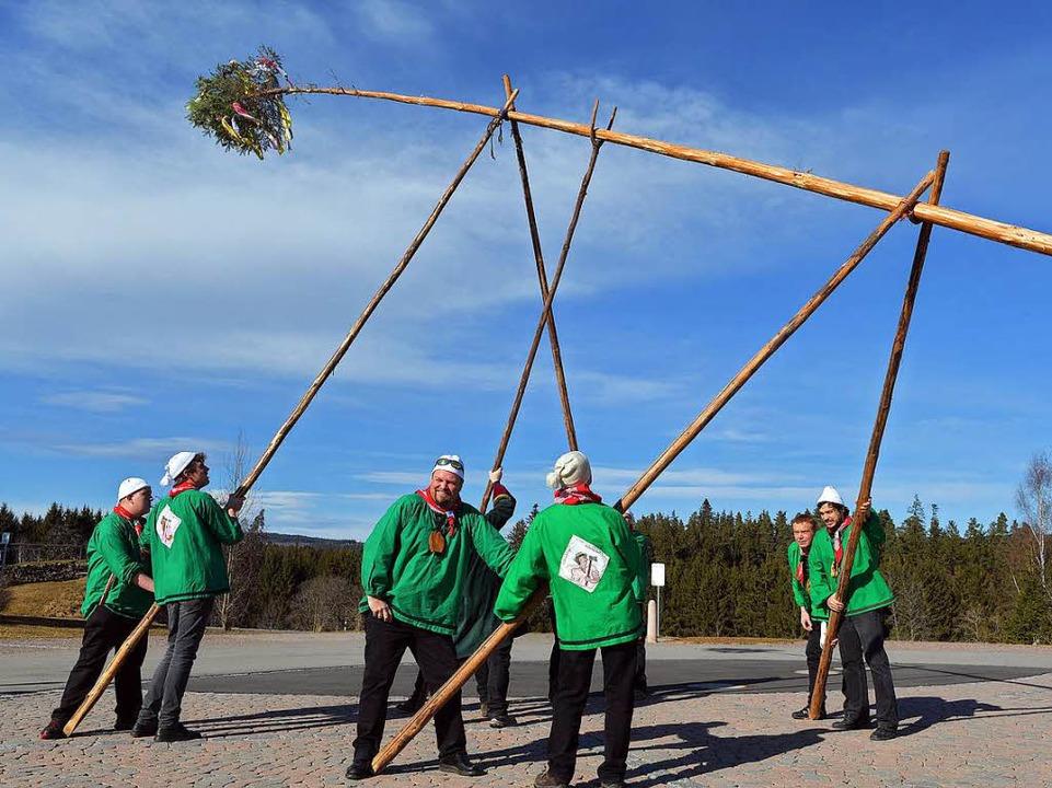 Der Holzschläger Narrenbaum wird auf dem Dorfplatz aufgestellt.  | Foto: Wolfgang Scheu