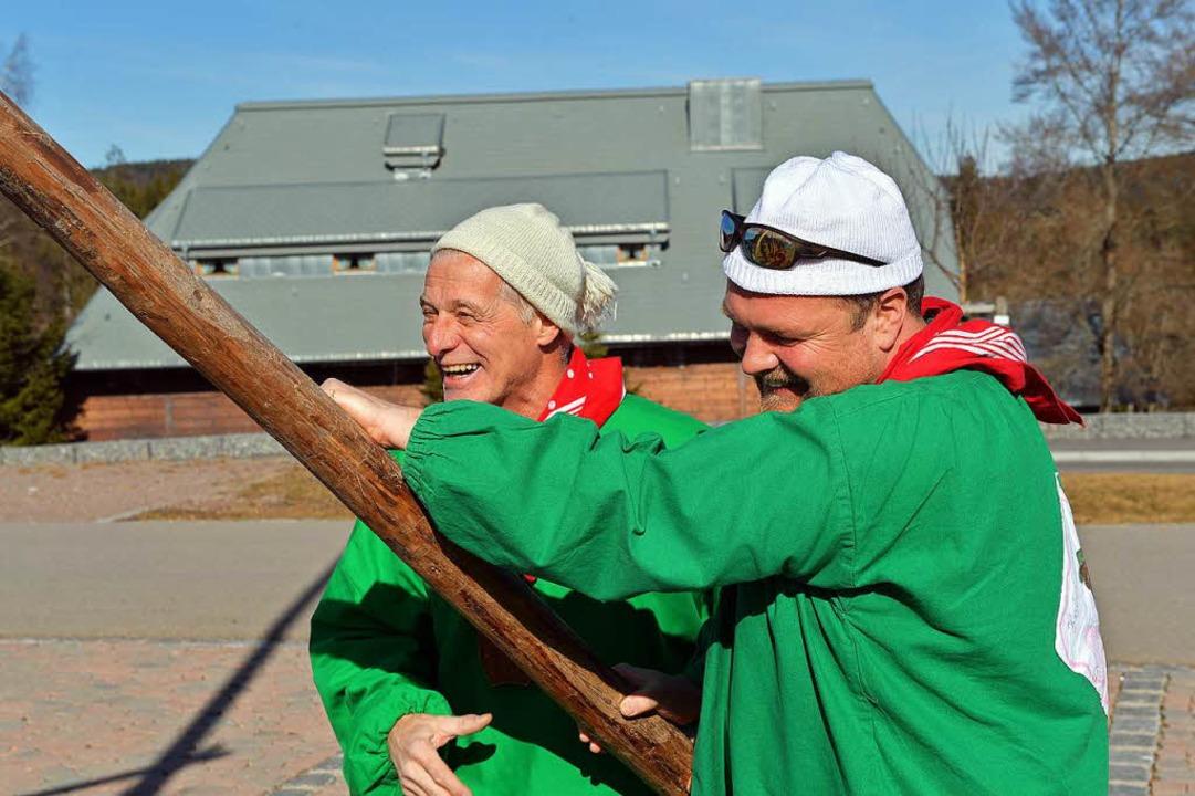 Alt und jung helfen mit.  | Foto: Wolfgang Scheu