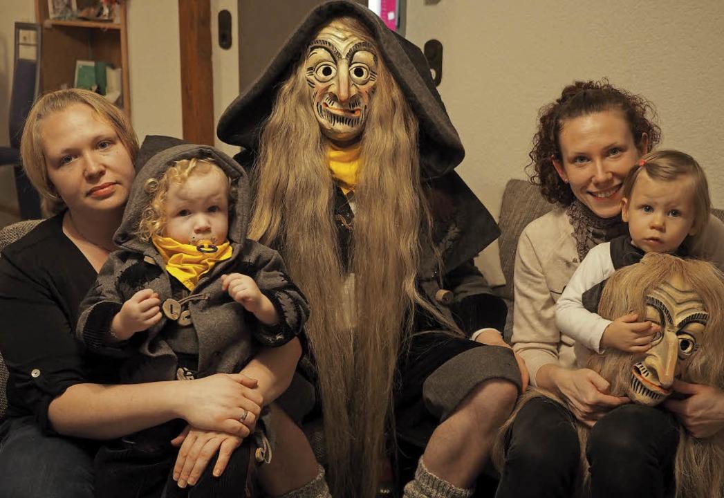 Auch im heimischen Wohnzimmer ist es n...hout und Sabrina Kopf mit  Tochter Kim  | Foto: Gilg