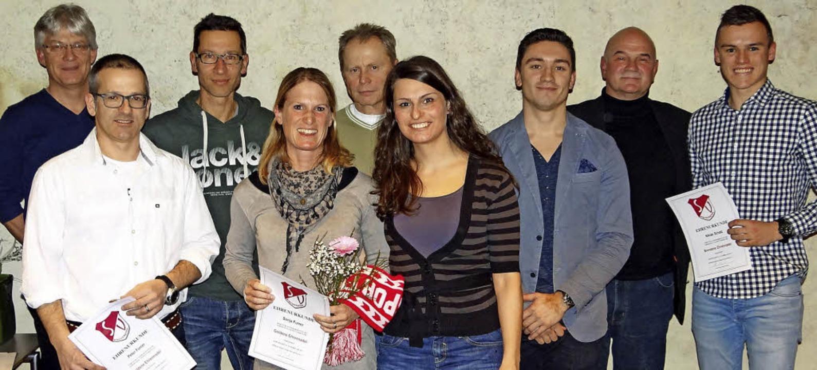 Vorstandsmitglieder des Sportvereins K...en den neuen Trägern der Ehrennadeln.   | Foto: Privat