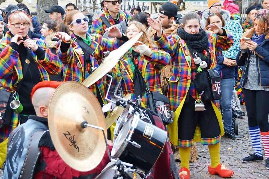 Die Guggenmusiken, die schräg aufspielen, tragen alle fantasievolle Namen. Die Organisatoren des Festivals, die Rhyfelder Gassemoggis und die Ohrequäler, sind nur ein Beispiel. Spaß an der Musik war das Thema fürs Narrenvolk. (Foto: Horatio Gollin)