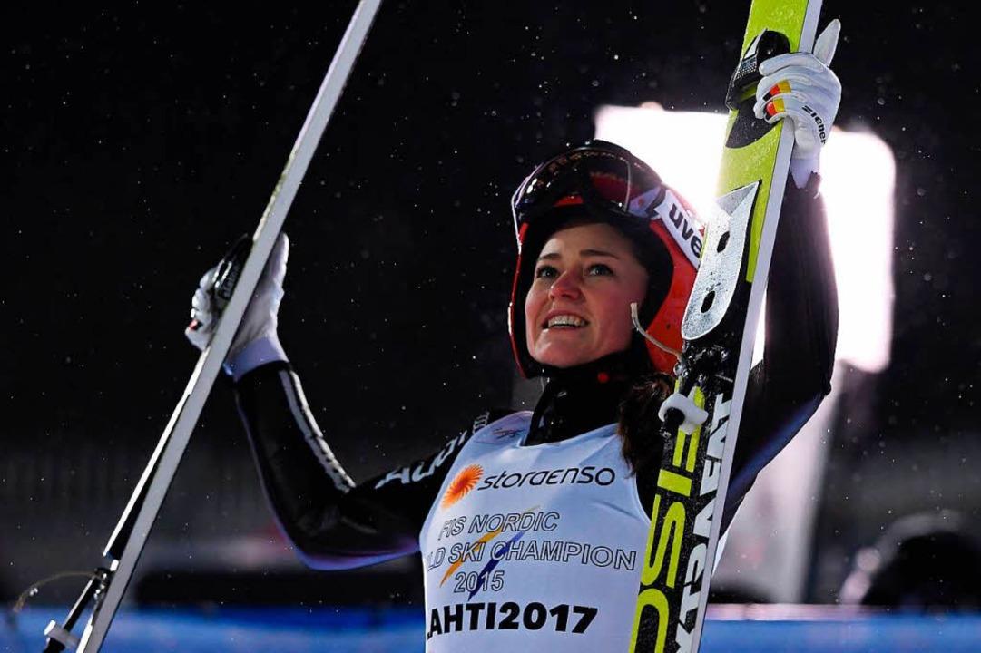 Carina Vogt freut sich über den Titel.  | Foto: AFP