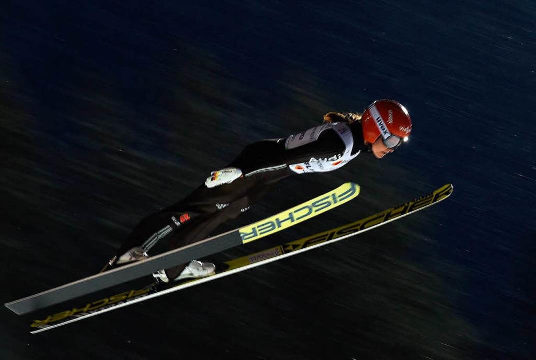 Carina Vogt in der Luft  | Foto: AFP