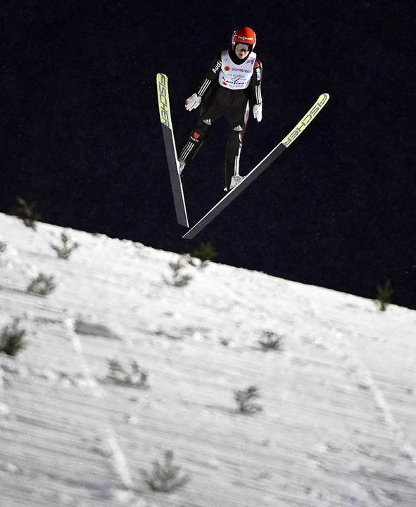 Carina Vogt schwebt über dem Hang.  | Foto: ZB