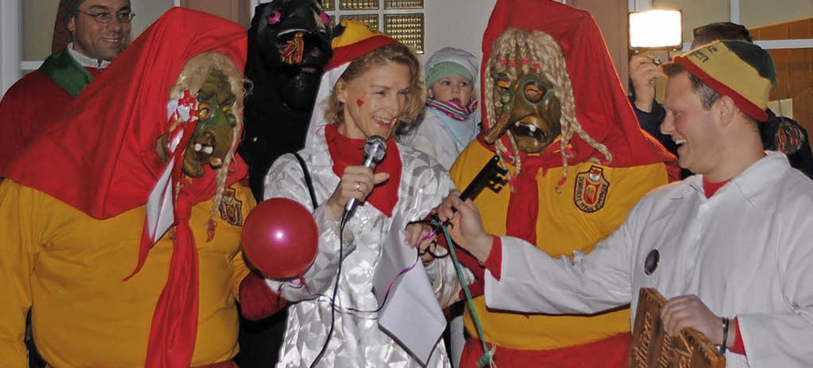 Rümmingens Bürgermeisterin  Meier beugte sich den Narren.     Foto: Sedlak