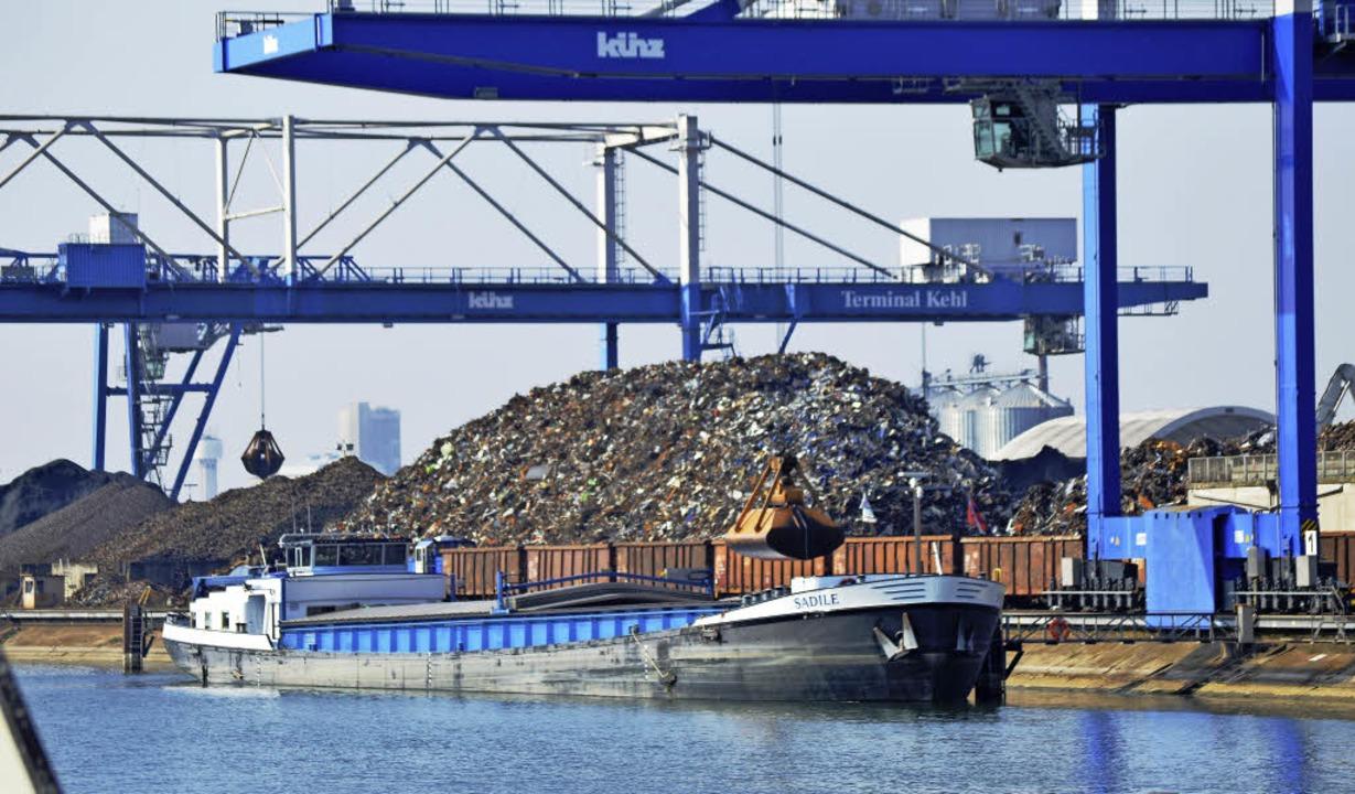 Metallschrott zur Stahlgewinnung macht...hren stieg er 2016 um 7,4 Prozent an.   | Foto: Hafenverwaltung Kehl