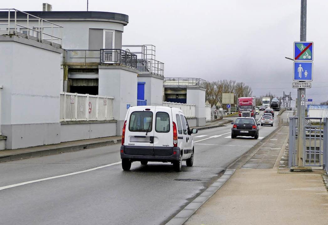 Die Schleusenbrücke über den Rheinseit...rkehrsbehinderungen gerechnet werden.     Foto: Thomas Rhenisch