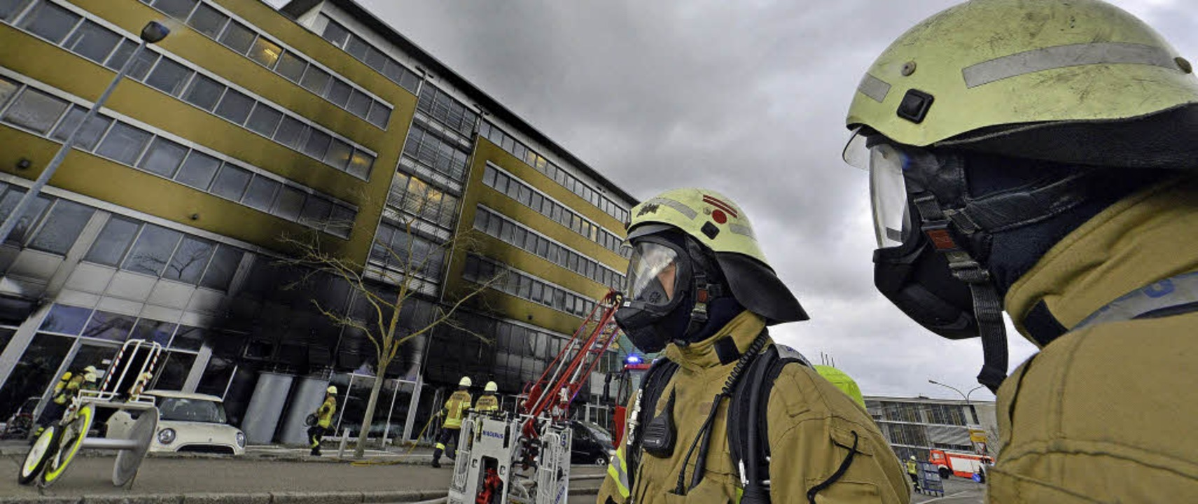 Vier Feuerwehrmänner verletzten sich t...z im Solar-Center an der Neuen Messe.   | Foto: Michael Bamberger