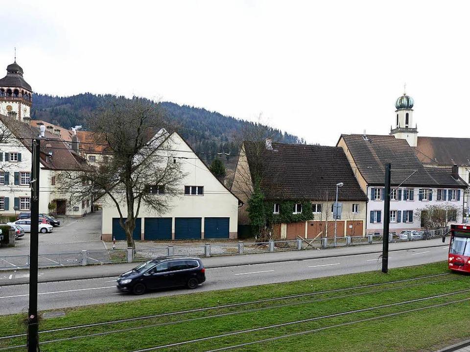Die Häuser rechts vom Gasthaus Schütze...nz links) sollen einem Neubau weichen.  | Foto: Ingo Schneider