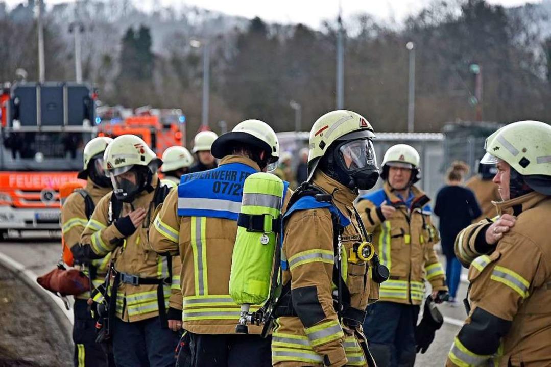 Sechs Feuerwehrleute sind bei dem Eins... worden, mindestens zwei davon schwer.  | Foto: Michael Bamberger