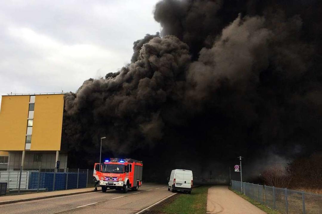 Der schwarze Rauch war am Freitagvormi...er hochgiftige Flusssäure ausgelaufen.  | Foto: Christian Neumann
