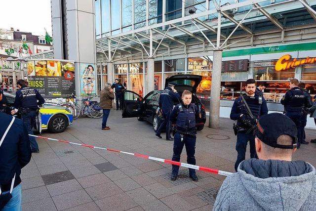 Mann fährt in der Heidelberger Innenstadt Fußgänger an