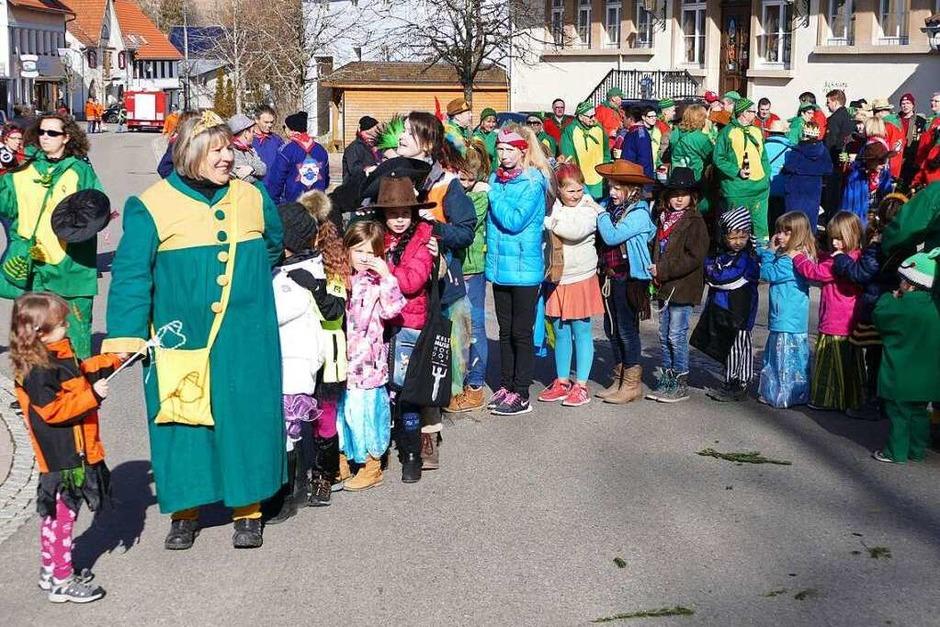 Narrenmutter Gabi Bernhart scharte die Kinder um sich zur Polonaise. (Foto: Juliane Kühnemund)