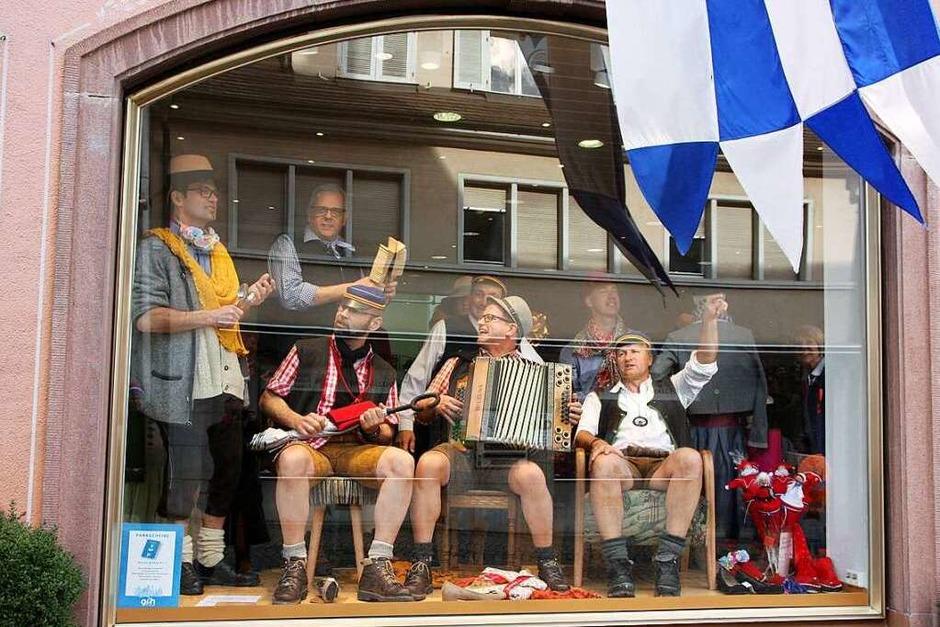 Hingucker: Im Schaufenster hatte diese Musikgruppe ihren Spaß - vor allem am irritierten zweiten Blick vieler Passanten. (Foto: Ruth Seitz)