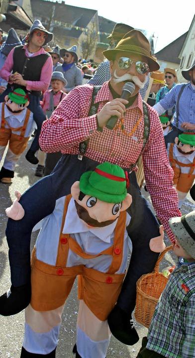 Auf die Schultern, fertig, los! &#8211...et das Motto der Gottenheimer  Jungs.     Foto: mario schöneberg