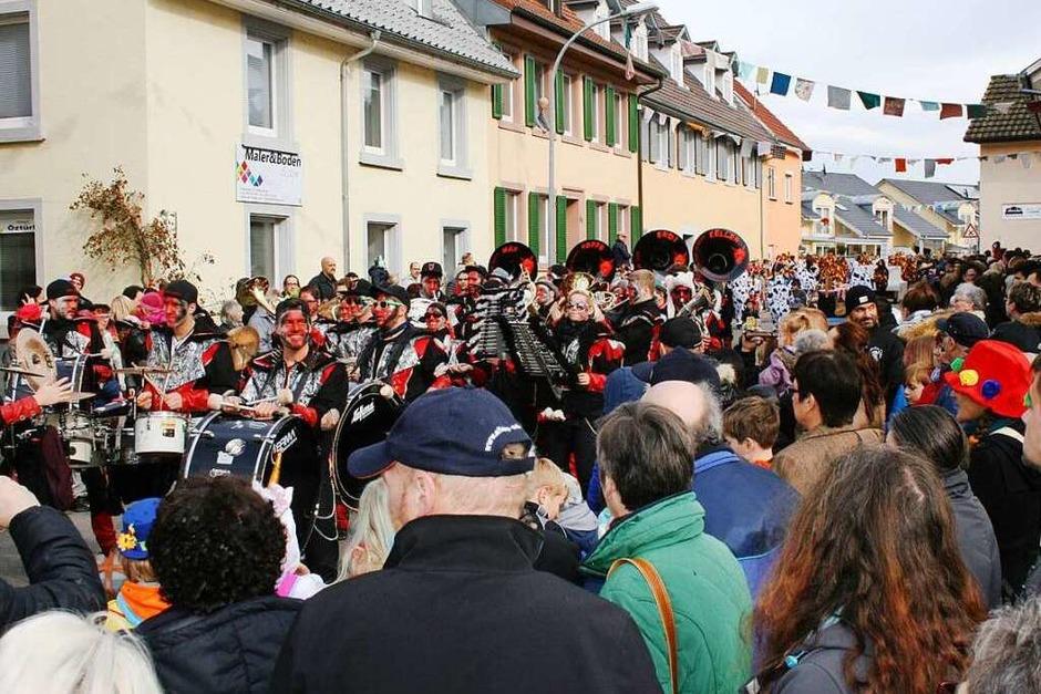 Schönes Wetter und viele Zuschauer am Straßenrand: Der Steinen-Höllsteiner Fasnachtsumzug 2017 wurde zu einem richtig schönen Fasnachtsfest. (Foto: Ralph Lacher)