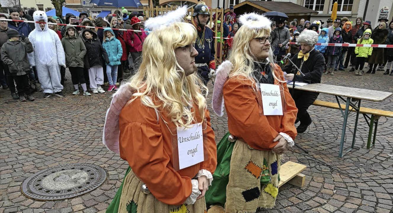 Das Todtnauer Narrengericht verurteilt...ldsengel auf der Anklagebank knieten.   | Foto: Verena Wehrle
