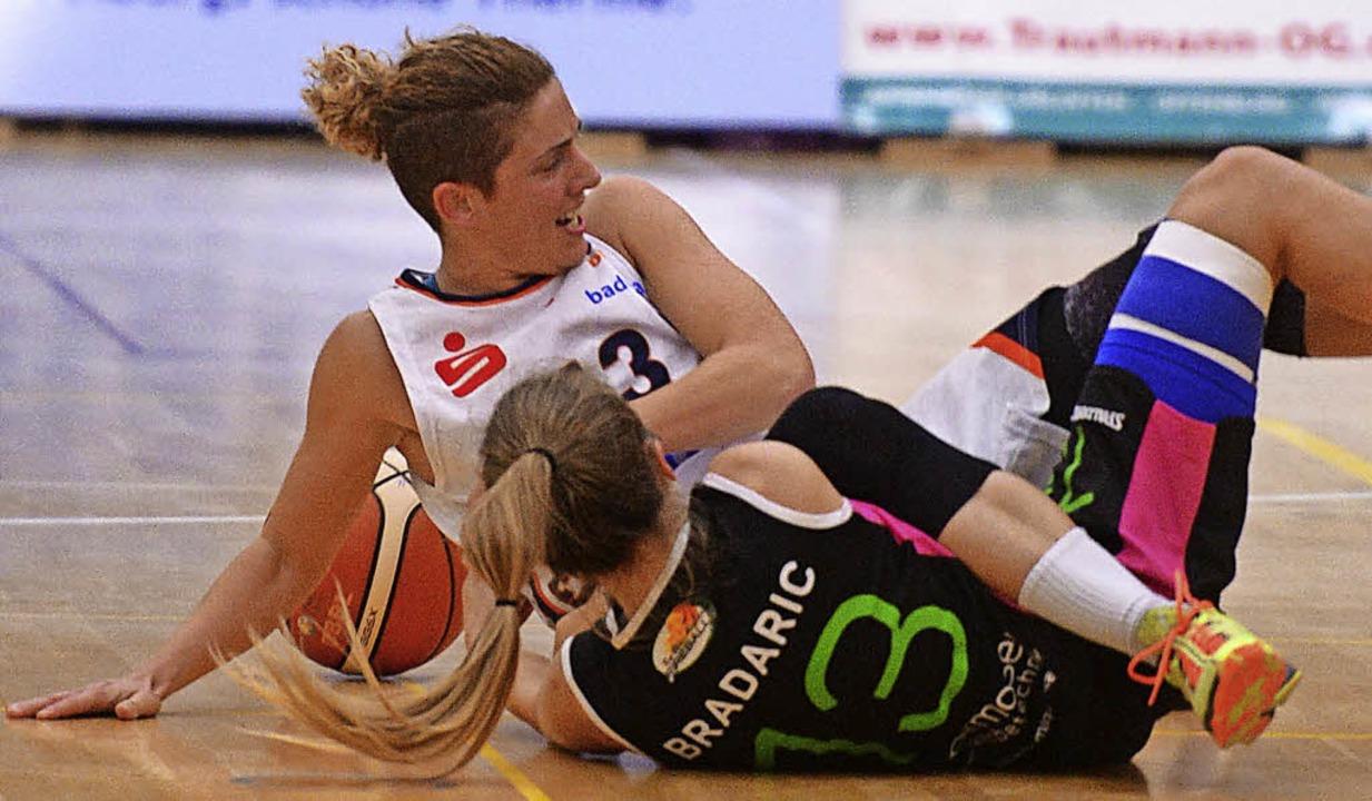 Jovana Vukoje (helles Trikot) verletzte sich in Halle am Knie.   | Foto: Archivfoto: Patrick Seeger