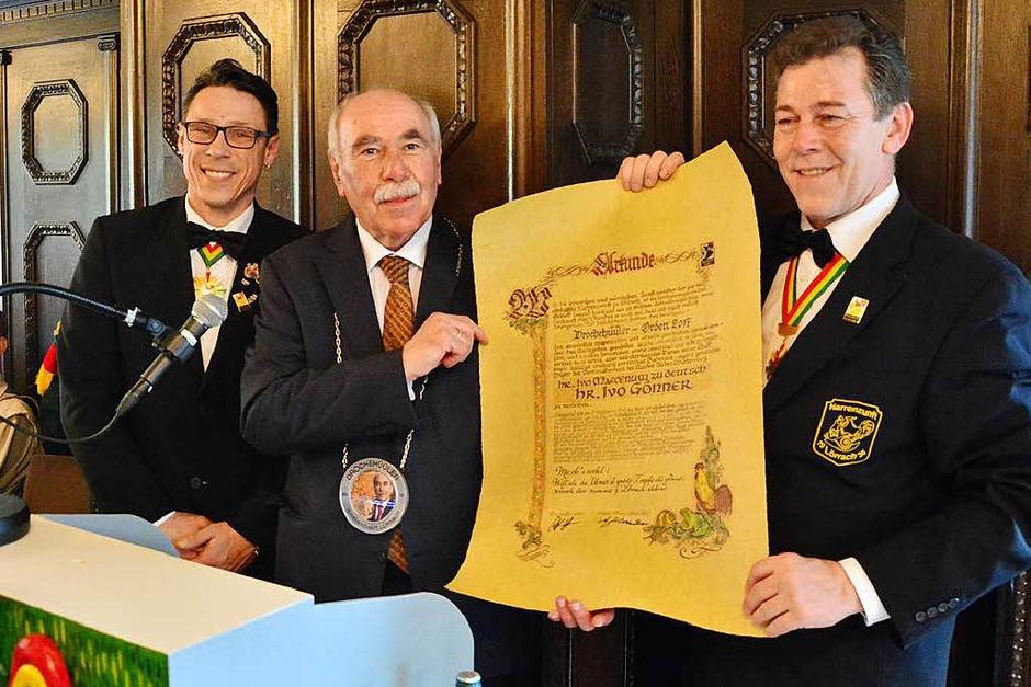 Ivo Gönner bekommt den Drochehüüler-Orden von Oberzunftmeister Stephan Vogt und Zunftmeister Andreas Glattacker. (Foto: Barbara Ruda)