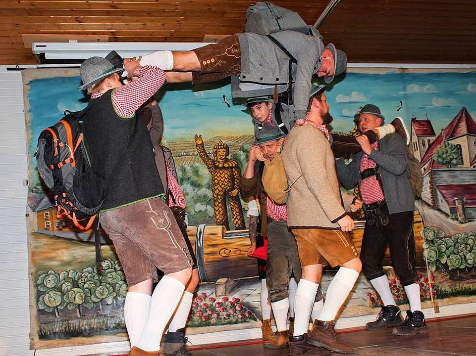 In Lederhosen auf Bergtour: das Männerballett  | Foto: Mario Schöneberg