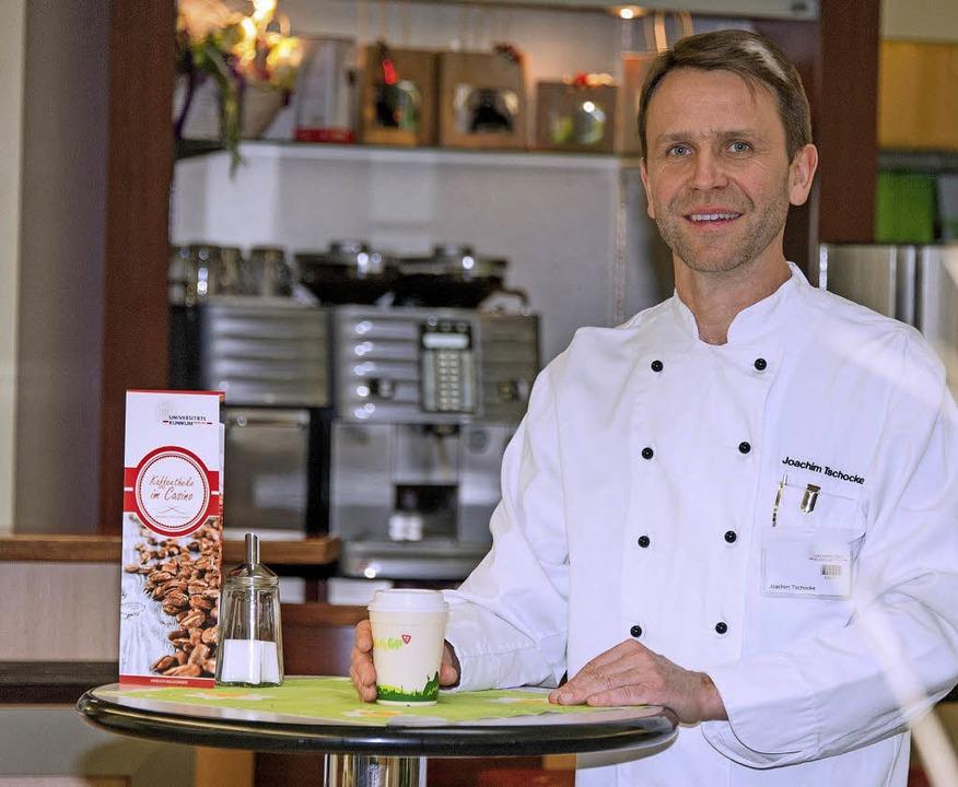 Joachim Tschocke, Leiter der Casinobet...stet den Kaffee aus dem Freiburg Cup.   | Foto: Uniklinik Freiburg