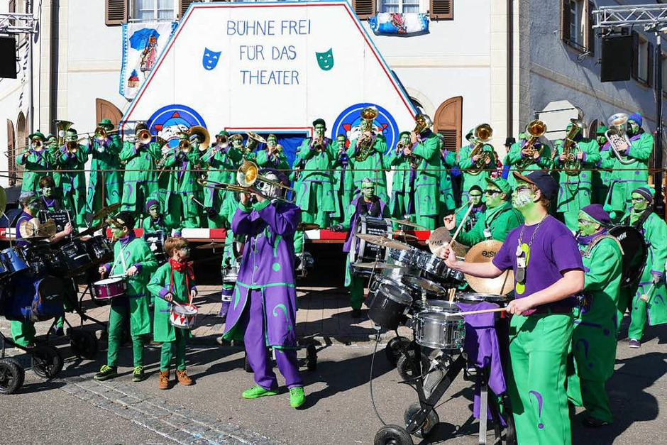 Die Bonndorfer Guggenmusik heizte vor dem Fasnetspiel kräftig ein. (Foto: Juliane Kühnemund)