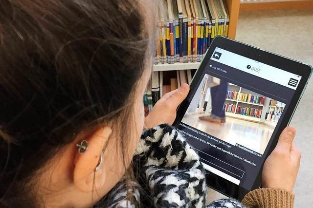 Schüler entdecken Lörracher Bibliothek mit dem Tablet