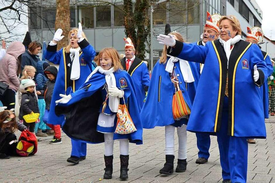 Bonbons, Kostüme und jede Menge Narren – der Kinderumzug ging durch die Karl-Fürstenberg-Straße bis zum Rathaus. (Foto: Frank Schoch)