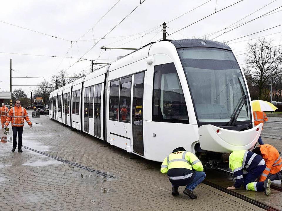 Die neue Stadtbahn mit dem Lächeln ste...dem Urbos auf den Zahn fühlen können.   | Foto: Thomas Kunz