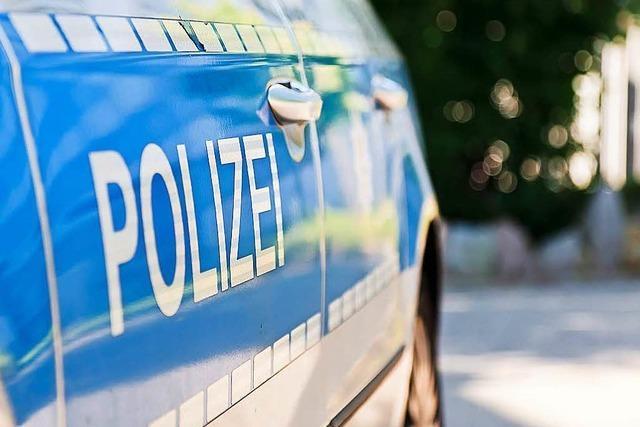 Lkw beschädigt VW Touran und flüchtet