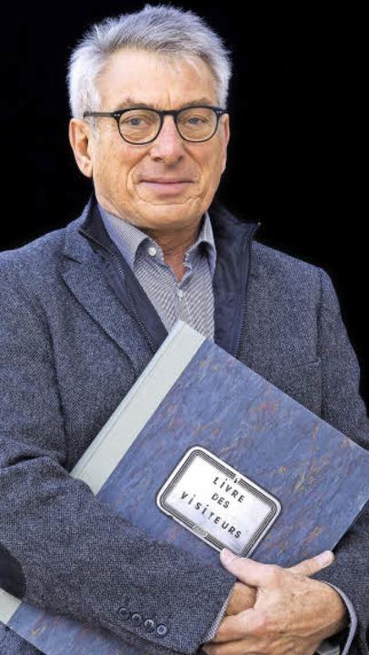 Kurt Degen mit dem Besucherbuch    Foto: Michael Wissing