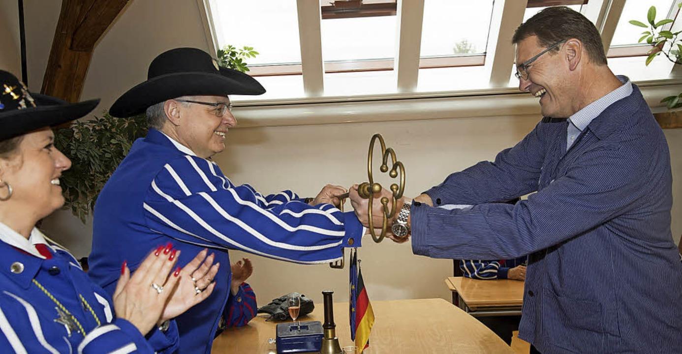 Schlüsselgewalt gewechselt: Seit geste...hlüssel an Oberschlawiner Axel Basler.  | Foto: Volker Münch