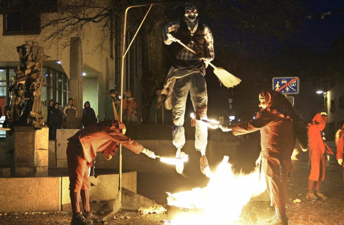 Unter dem Geheule der Narren ging  die Fasnachtshexe in Flammen auf.  | Foto: Verena Wehrle