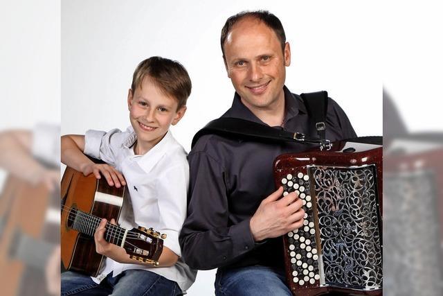 Vadim Fedorov und sein Sohn Sergey mit Akkordeon und Gitarre bei der