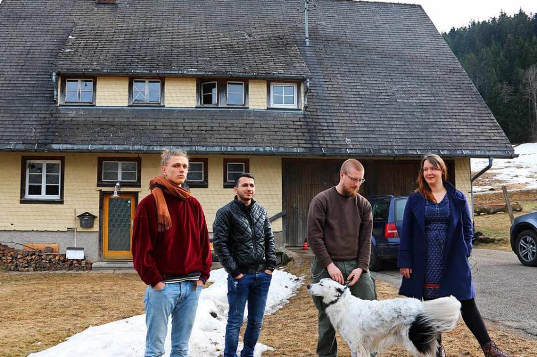 Felix, Mahmoud, Marcus und Katrin vor ihrem Haus in Alpersbach    Foto: Andreas Braun