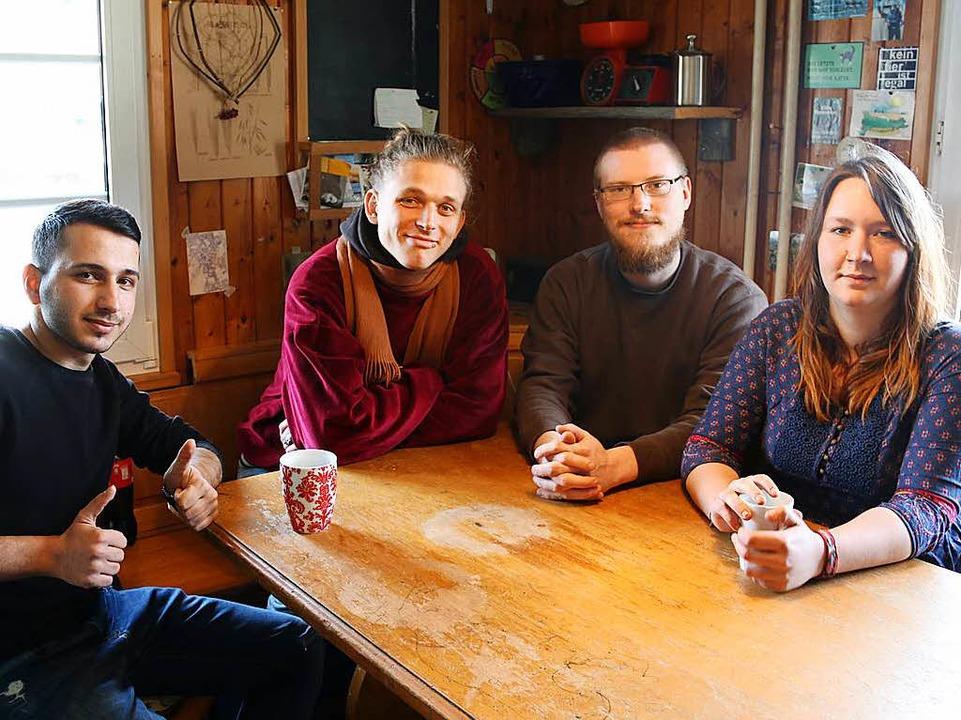 Mahmoud, Felix, Marcus und Katrin in der WG-Küche    Foto: Andreas Braun
