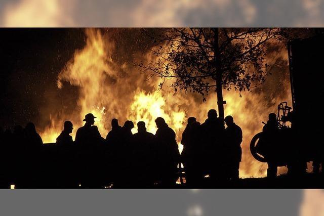 Feuer lodern über der Stadt
