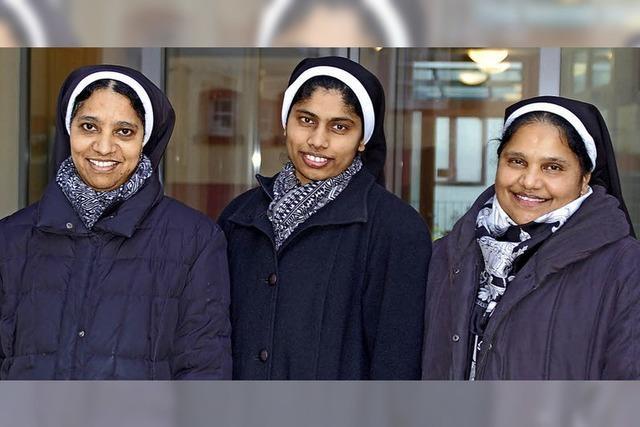 Drei indische Ordensschwestern kümmern sich um alte Menschen