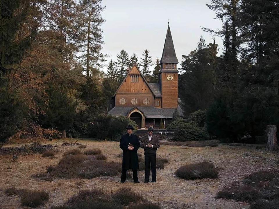 Diese Kirche könnte auch auf einer Sch...ld-Lichtung stehen – oder nicht?  | Foto: Netflix/Screenshot