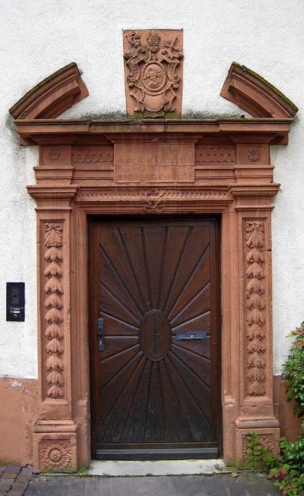 Über dem Eingang zum heutigen Pfarrhau...gt ein bereits  bekanntes Chronogramm.  | Foto: Ekkehard  Klem