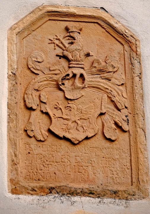 Das Wappen der Stürtzel an der Kirche ...ier vom Original im Augustinermuseum.     Foto: thomas Kunz (2)/Manfred FRietsch