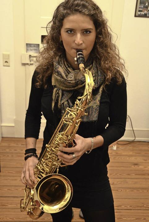 Annika Marschall spielt Saxofon.    Foto: Janina Ruth