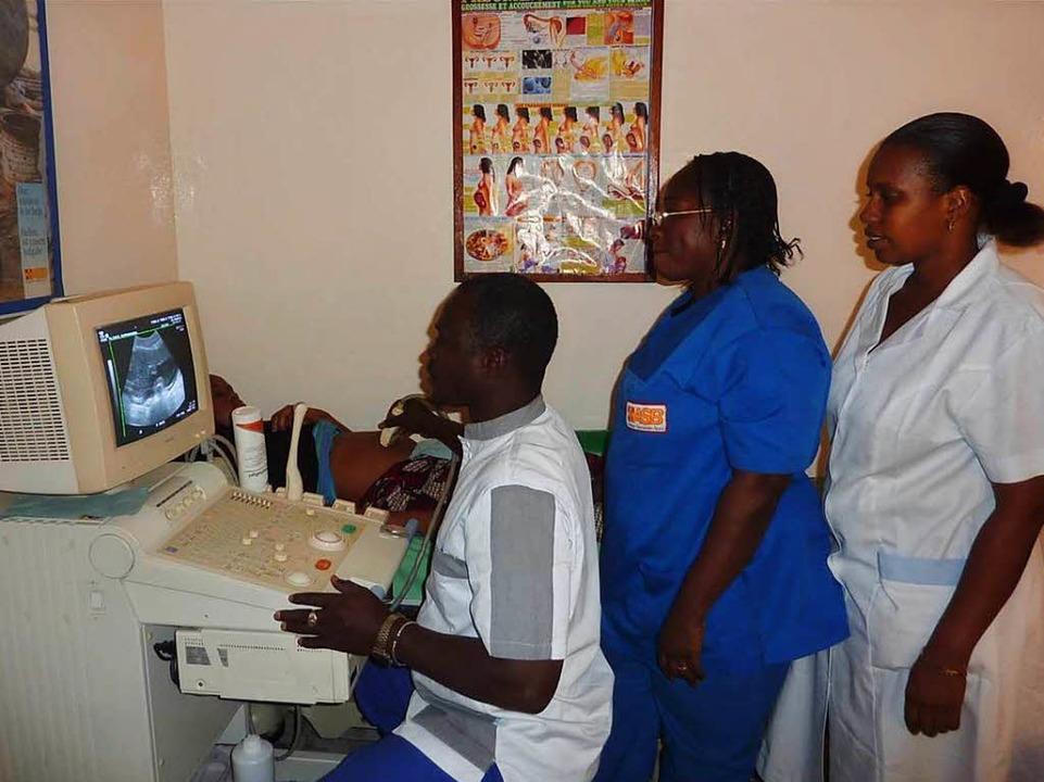 Klinikmitarbeiter an einem gespendeten Ultraschallgerät.  | Foto: Verein